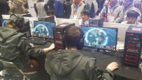 Игроки в Доте 2 на китайском турнире